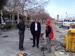 Αυτοψία δημάρχου στο έργο ανάπλασης της παραλιακής και στο ξύλινο πεζοδρόμιο στο Μαντράκι