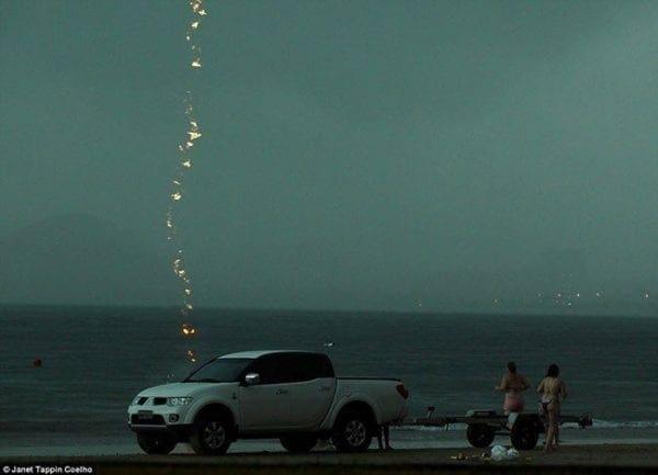 Φώναζε το παιδί της να βγει από τη θάλασσα και τη χτύπησε κεραυνός! (εικόνες)