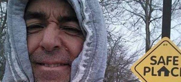 Πώς ένας άστεγος έδωσε χαρά στους περαστικούς – Εικόνες & Βιντεο