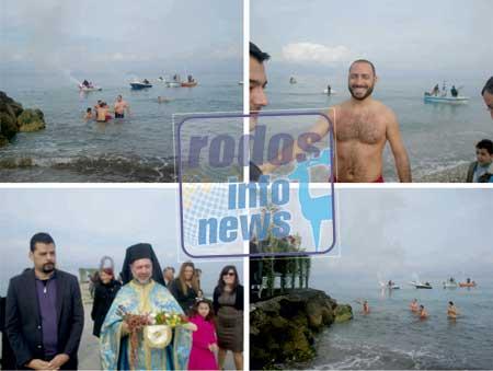 Κρεμαστή: Πολύς κόσμος στην εορτή των Θεοφανείων- Ο Νίκος Τσαμπικάκης έπιασε τον σταυρό (φωτό)