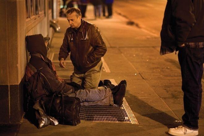 Ο γιατρός των φτωχών: Ντύνεται άστεγος για να βοηθάει όσους είναι στο δρόμο