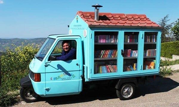 Δάσκαλος μοιράζει βιβλία σε απομακρυσμένες περιοχές με ένα τρίκυκλο στην Ιταλία!