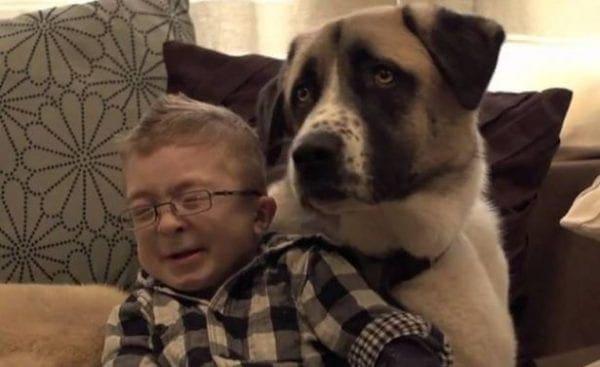Το βίντεο που θα ραγίσει καρδιές! Δείτε πώς ο σκύλος βοηθάει παιδί με ειδικές ανάγκες