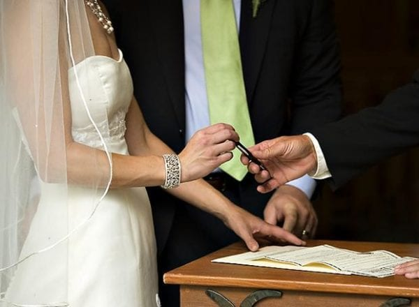 Σαν σήμερα ο πολιτικός γάμος καθιερώνεται στην Ελλάδα ως ισόκυρος με τον θρησκευτικό