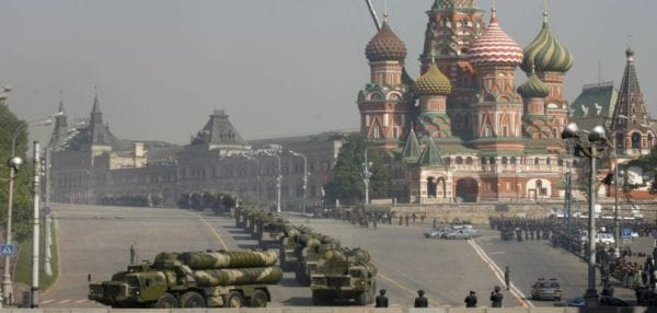 """Σε """"Κόκκινη Πλατεία"""" μετατρέπεται η πλατεία Συντάγματος στην παρέλαση με S-300PMU1, Tor-M1, Kornet-E κλπ."""