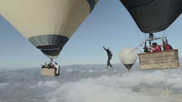 Περπατώντας στα σύννεφα ανάμεσα σε αερόστατα! BINTEO που κόβει την ανάσα!