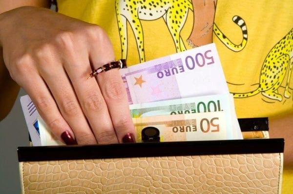 Προσοχή ! Κυρία ζητάει λεφτά  στη Ρόδο από σπίτια για ασθενή με λευχαιμία – Πρόκειται για απάτη