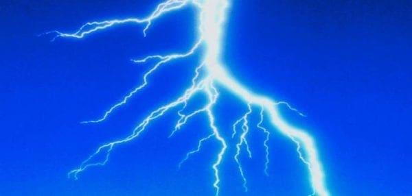 Το φαινόμενο των ανάποδων κεραυνών: Kεραυνοί με φορά από κάτω προς τα πάνω (vid)
