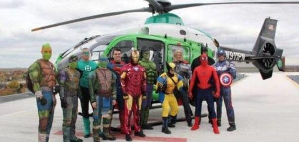 ΗΠΑ: Αστυνομικοί μεταμφιέζονται σε σούπερ ήρωες για να διασκεδάσουν παιδιά που νοσηλεύονται [βίντεο]