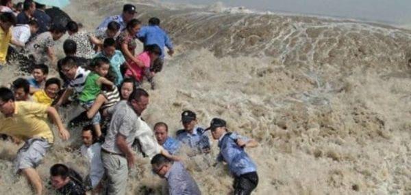 Πήγαν να δουν την παλίρροια και τους «κατάπιε» τσουνάμι [βίντεο]