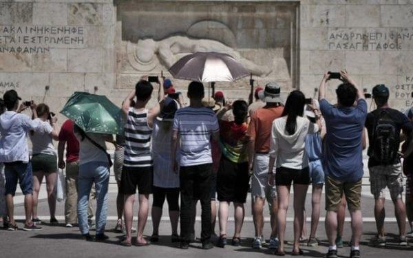 Independent: Τώρα είναι η καλύτερη στιγμή για διακοπές στην Ελλάδα