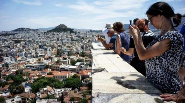Guardian: Τουρίστες στην Ελλάδα λένε «ελάτε όλοι και ξοδέψτε χρήματα εδώ»