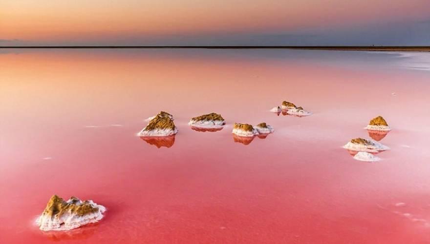 Ουκρανία: Δείτε τη λίμνη που μοιάζει με τοπίο από τον Άρη (εικόνες)