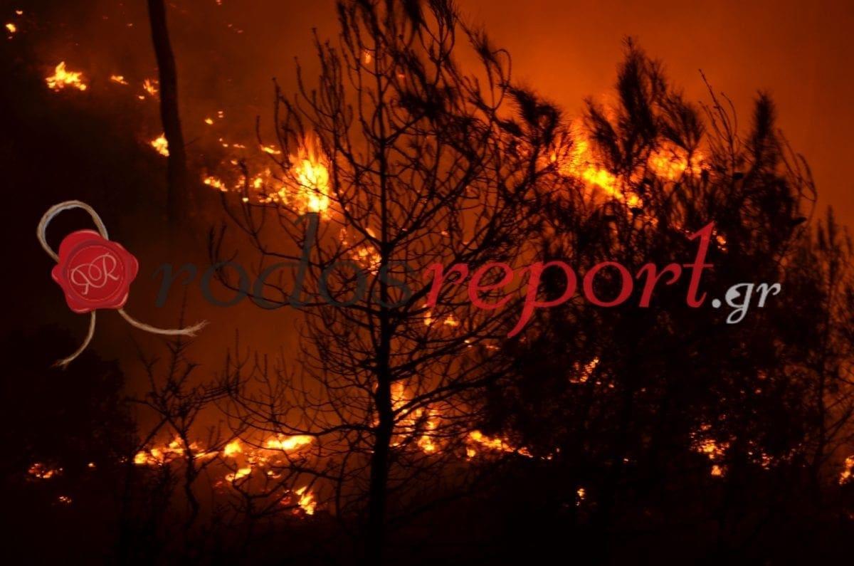 Συγκλονιστικές φωτογραφίες από τις πύρινες γλώσσες που καίνε τη Ρόδο