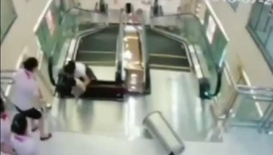 Tην «κατάπιαν» οι κυλιόμενες σκάλες αλλά πρόλαβε να σώσει το γιο της (vid)