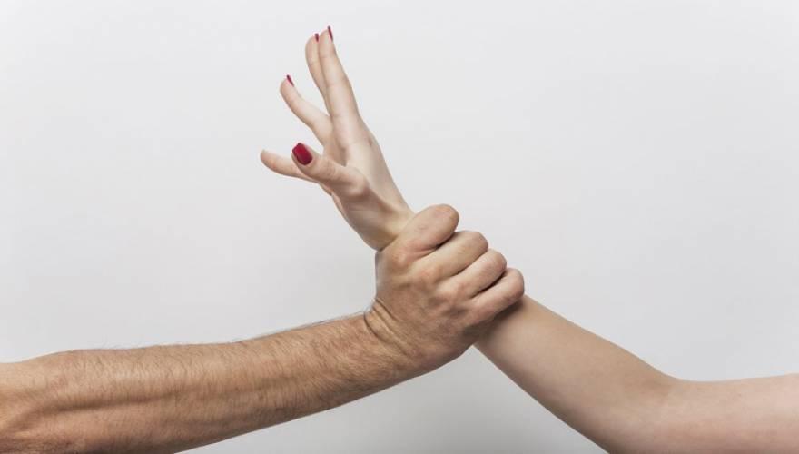Έρευνα: Πώς σχετίζεται η σεξουαλική βία με τον πληρωμένο έρωτα;