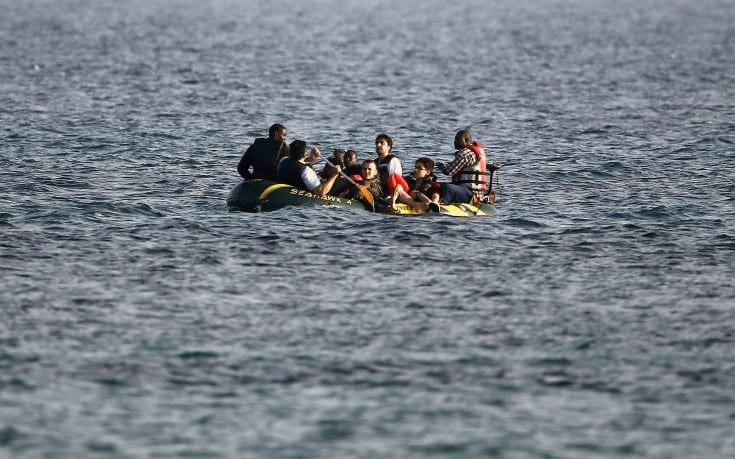 Migrants and refugees from Syria and Africa on a dinghy approach  the Greek island of Kos after crossing a part of the Aegean Sea between Turkey and Greece, August 8, 2015.   The U.N refugee agency, UNHCR, estimates that Greece has received more than 107,000 refugees and migrants this year, more than double its 43,500 intake of 2014. REUTERS/ Yannis Behrakis