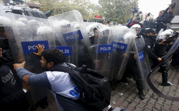 Demonstrators are stopped by the police during a protest against Saturday's Ankara bombings, in Istanbul, Turkey, October 13, 2015. Turkey's government said on Monday Islamic State was the prime suspect in suicide bombings that killed at least 97 people in Ankara, but opponents vented anger at President Tayyip Erdogan at funerals, universities and courthouses. REUTERS/Osman Orsal