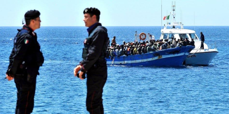 """ARCHIV - Ein Boot mit Flüchtlingen aus Nordafrika nähert sich am 09.04.2011 der süditalienischen Insel Lampedusa und wird von einem Patrouillenboot der Küstenwache in den Hafen geschleppt. Viele Menschen flüchten aus Afrika nach Europa. Foto: Ettore Ferrari/ANSA/epa/dpa (zu dpa """"Afrikas Elend treibt den Strom der Flüchtlinge nach Europa"""" vom 03.01.2014) +++(c) dpa - Bildfunk+++"""
