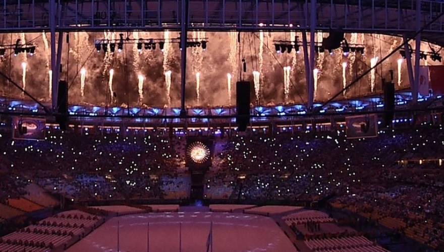 Ξεφάντωσαν στην εντυπωσιακή τελετή λήξης των Ολυμπιακών Αγώνων στο Ρίο- Πρώτη στο Στάδιο η Κατερίνα Στεφανίδη με την ελληνική σημαία (φωτό)