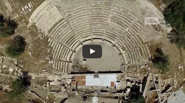 Γνωρίζατε ότι υπάρχει στην Ελλάδα μικρογραφία του Θεάτρου της Επιδαύρου δίπλα σε βυθισμένη πόλη; Απολαύστε το βίντεο