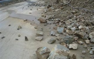Μικρή κατολίσθηση από βράχια από το σεισμό στη Ρόδο