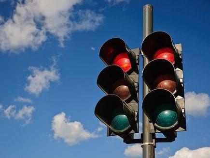 Βλάβη σε κόμβο με φωτεινή σηματοδότηση στις διασταυρώσεις των οδών Κοδριγκτώνος – Βενετοκλέων και Κοδριγκτώνος – Στρ. Ζήση