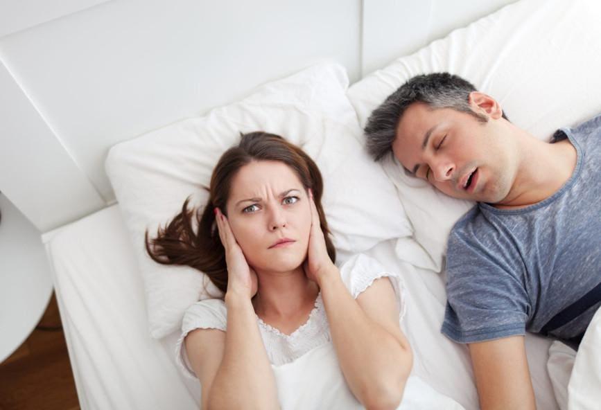 Ο ύπνος πλάι σε κάποιον που ροχαλίζει κάνει κακό στην υγεία