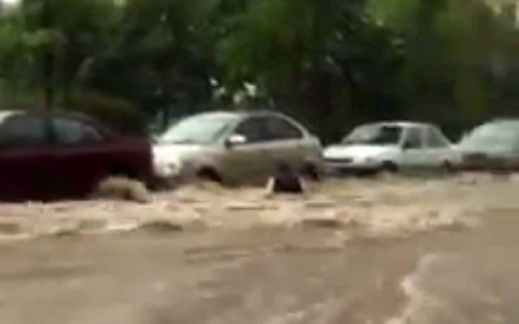 Η στιγμή που γυναίκα παρασύρεται από ορμητικά νερά στη Θεσσαλονίκη