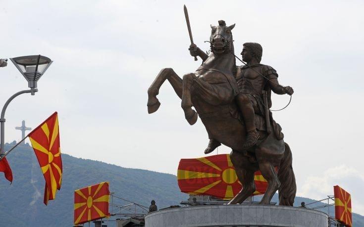 Αλλάζουν οι ταμπέλες στο άγαλμα του Μέγα Αλέξανδρου και του Φιλίππου Β' στα Σκόπια