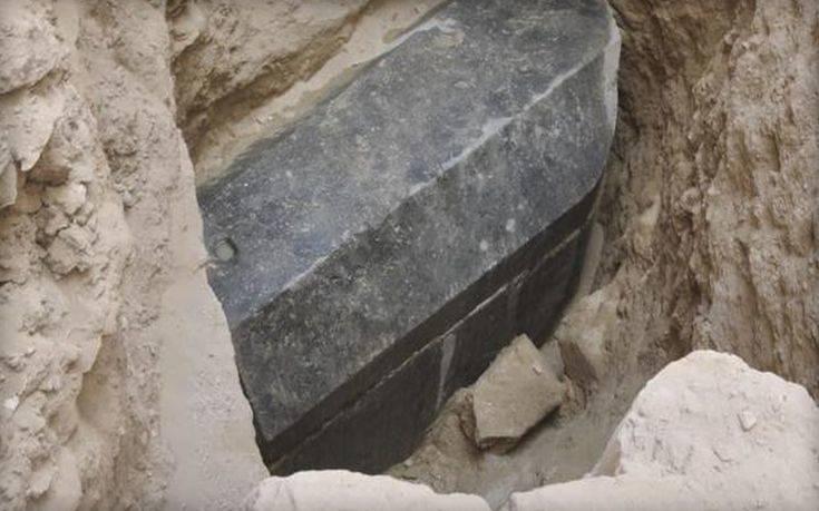 Ανακαλύφθηκε ασυνήθιστα μεγάλη και άθικτη σαρκοφάγος στην Αλεξάνδρεια