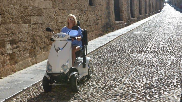 Με ηλεκτρονικά σκούτερ θα εξυπηρετούνται τα άτομα με κινητικά προβλήματα που επισκέπτονται την Μεσαιωνική πόλη.