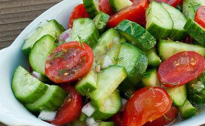 Ρόδος : Μια σαλάτα ντομάτα αγγούρι για τρία άτομα