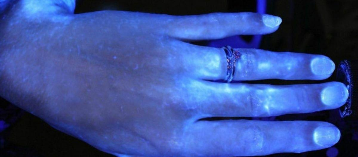 Έτσι καταπολεμούνται τα βακτήρια με το πλύσιμο των χεριών – Το τεστ με υπεριώδες φως