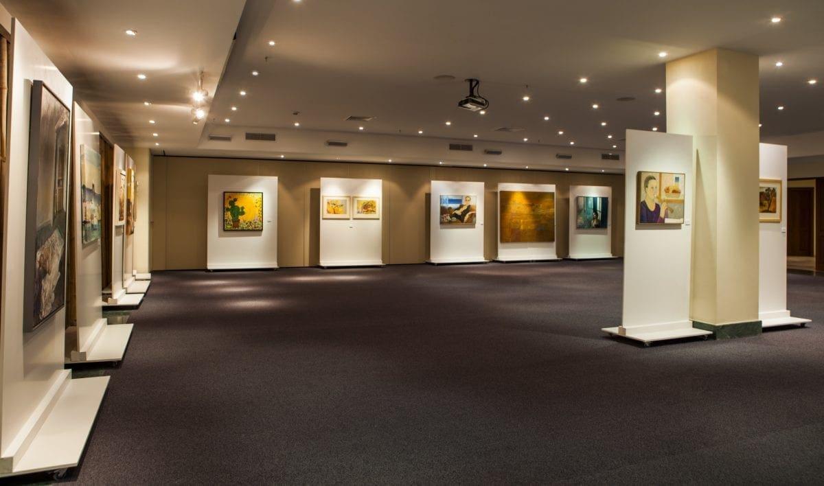 "H εικαστική έκθεση ""The Eternal Light of Greece"" στο ξενοδοχείο Lindian Village στη Ρόδο"