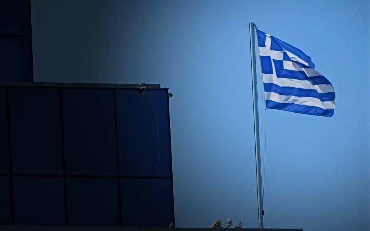 """Δυο Γάλλοι φοιτητές ήταν οι """"Αλβανοί"""" που κατέβασαν την Ελληνική σημαία στην Κρήτη"""