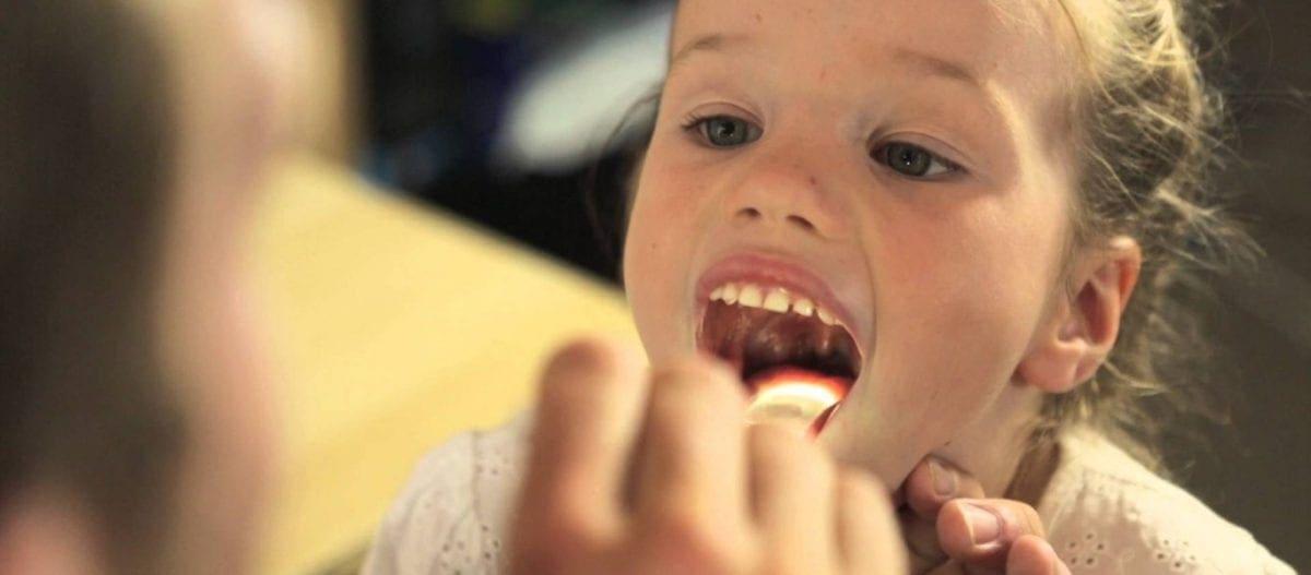 Νέα έρευνα αποκαλύπτει οτι η αφαίρεση των αμυγδαλών δεν ωφελεί επτά στα οκτώ παιδιά