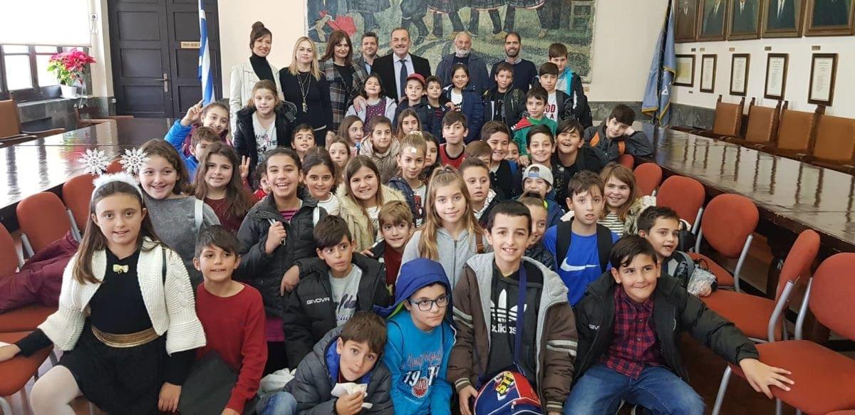 Μαθητές του Δημοτικού Σχολείου Σορωνής, έψαλαν παραδοσιακά κάλαντα στο Δήμαρχο
