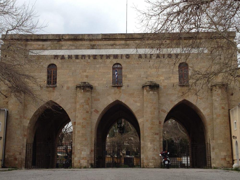 Ρόδος : Στόλισαν δέντρο στο Πανεπιστήμιο Αιγαίου με μηνύματα για την αδικοχαμένη Ελένη