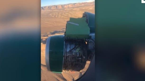 Επιβάτης τραβάει βίντεο χωρίς να το καταλαβαίνει τη στιγμή που ο κινητήρας του αεροπλάνου διαλύεται (βίντεο)