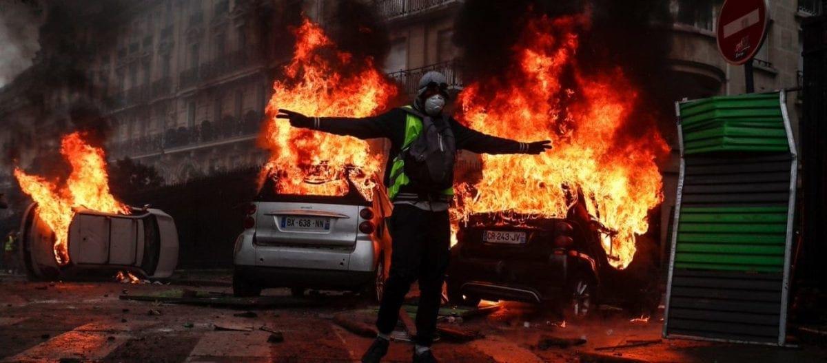 Βγήκε ο Στρατός στους δρόμους της Γαλλίας – «Καταρρέει» ο Ε.Μακρόν – Αγριες συγκρούσεις