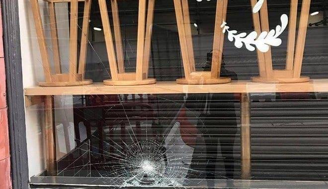 """""""Έξω οι Έλληνες"""": Διπλή ρατσιστική επίθεση σε ελληνικό εστιατόριο στο Μπέρμιγχαμ"""
