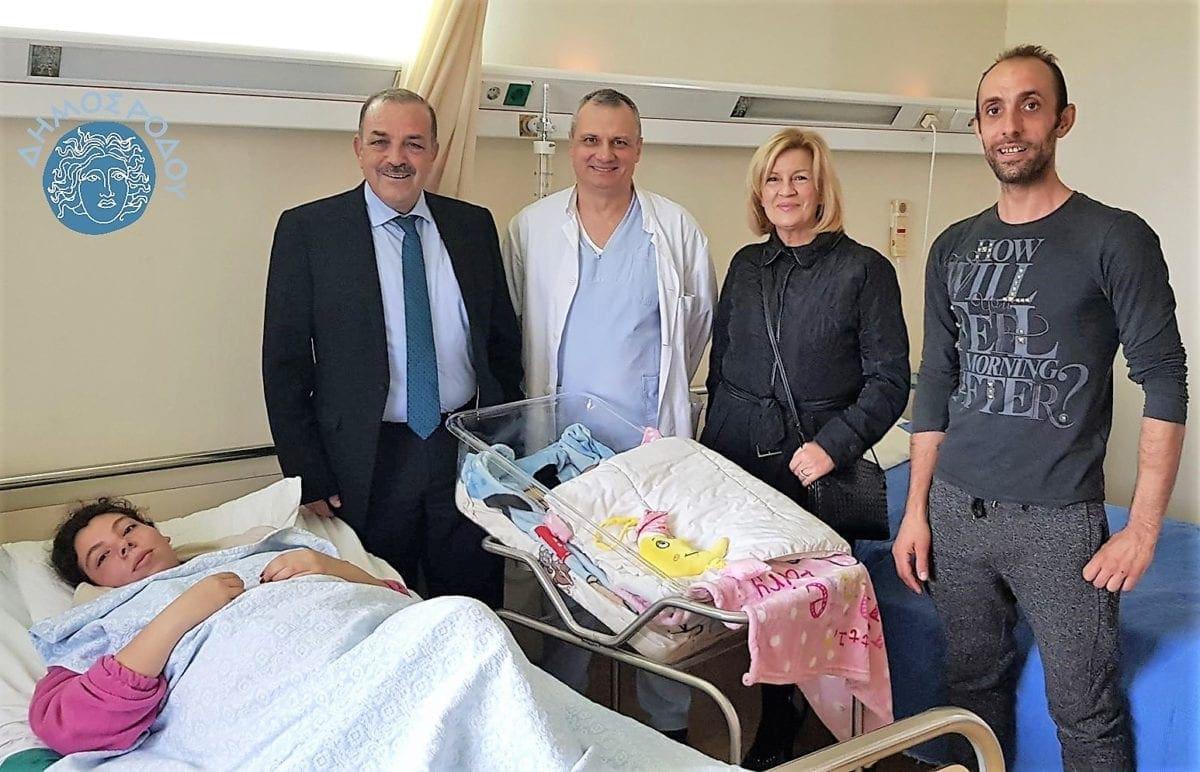 Το πρώτο παιδί που γεννήθηκε στη Ρόδο το 2019 επισκέφτηκε ο Δήμαρχος Ρόδου