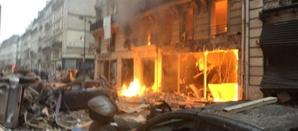 Iσχυρή έκρηξη στο Παρίσι: Ισοπεδώθηκε οικοδομικό τετράγωνο – 20 τραυματίες – Zωντανή σύνδεση