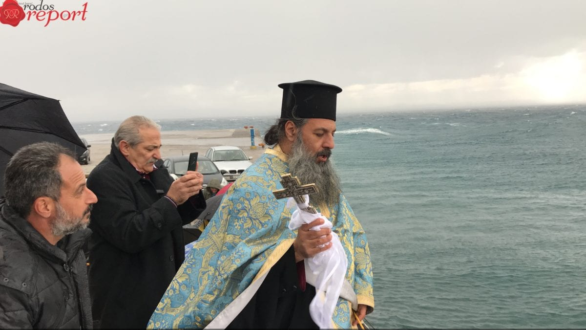 Με δριμύ ψύχος και βροχή εορτάστηκαν τα Θεοφάνεια στην Κάμειρο Σκάλα