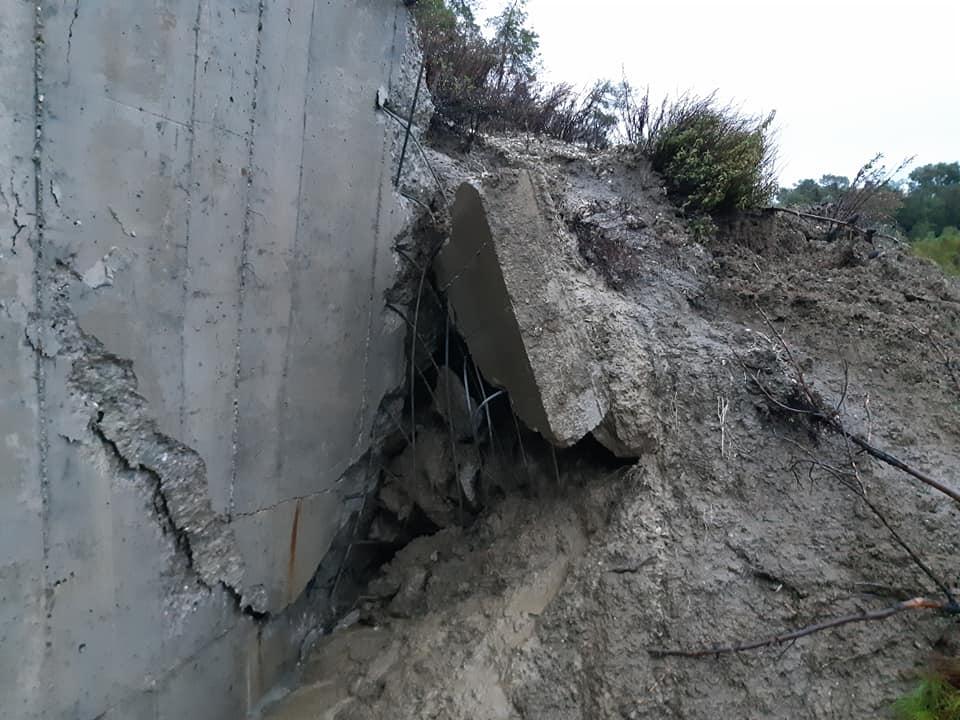 Κατέρρευσε τοιχίο σε δρόμο στα Λάερμα