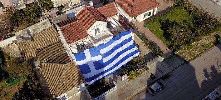 Με μία τεράστια ελληνική σημαία κάλυψε το σπίτι του ένας κάτοικος της Νέας Κίου Αργολίδας