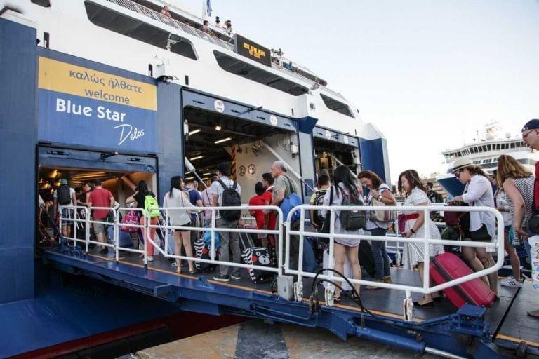 Εξοδος Πάσχα: Είδος προς εξαφάνιση τα εισιτήρια για οχήματα στα πλοία