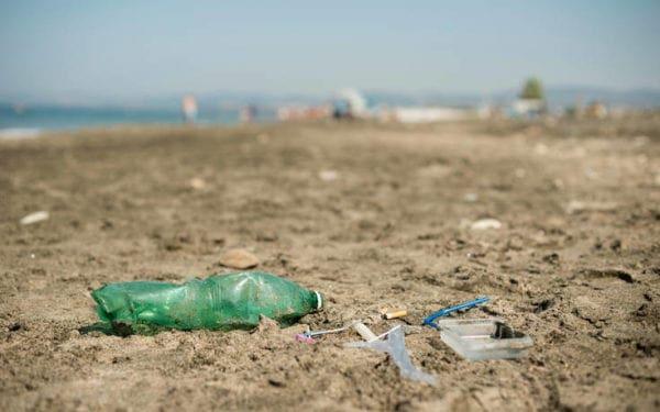 Το 50% των απορριμμάτων των ελληνικών θαλασσών είναι κουτιά αλουμινίου, πλαστικά μπουκάλια και σακούλες