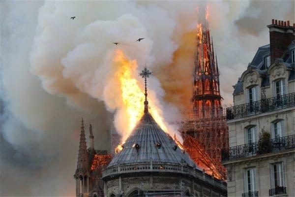 Κλαίει ο πλανήτης με την καταστροφή από τη φωτιά στην Παναγία των Παρισίων -Εικόνες θλίψης